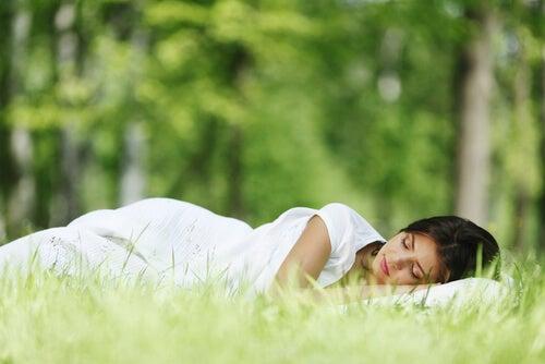 Mujer durmiendo en el campo