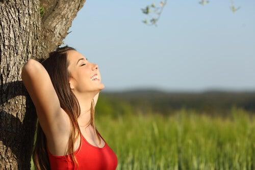 Mujer feliz disfrutando de su soledad