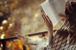 Mujer leyendo un libro de desarrollo personal