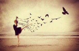 Mujer libre en la playa