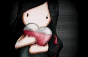 Niña sosteniendo corazón entre sus brazos
