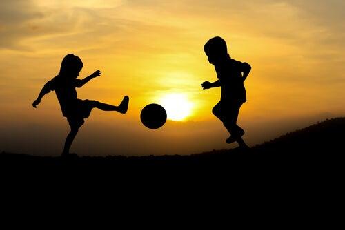 Niños jugado al fútbol