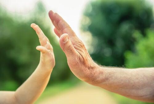 Padre e hijo chocando manos