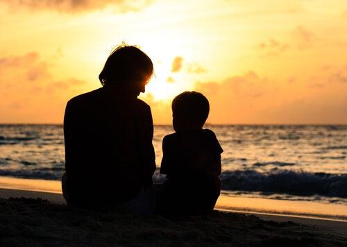 Padre e hijo sentados