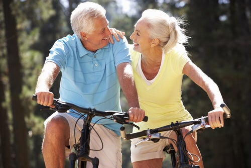 Personas mayores haciendo ejercicio con la bicicleta