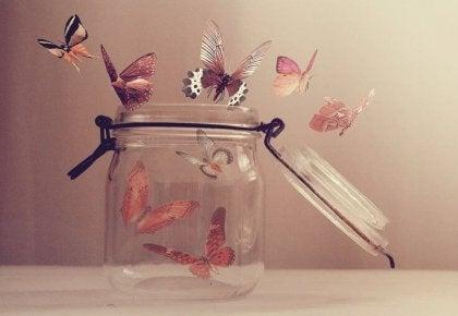 Bote de cristal con mariposas representando a buenas personas