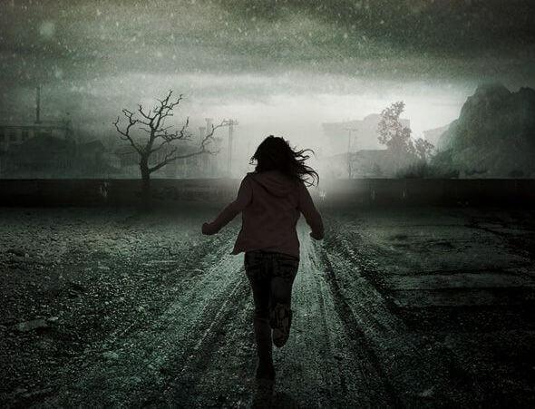 chica corriendo por camino oscuro