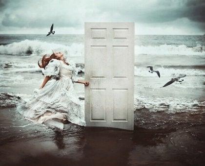 Chica abriendo la puerta en la playa