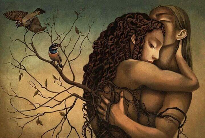 Pareja abrazada al lado de un árbol con pájaro