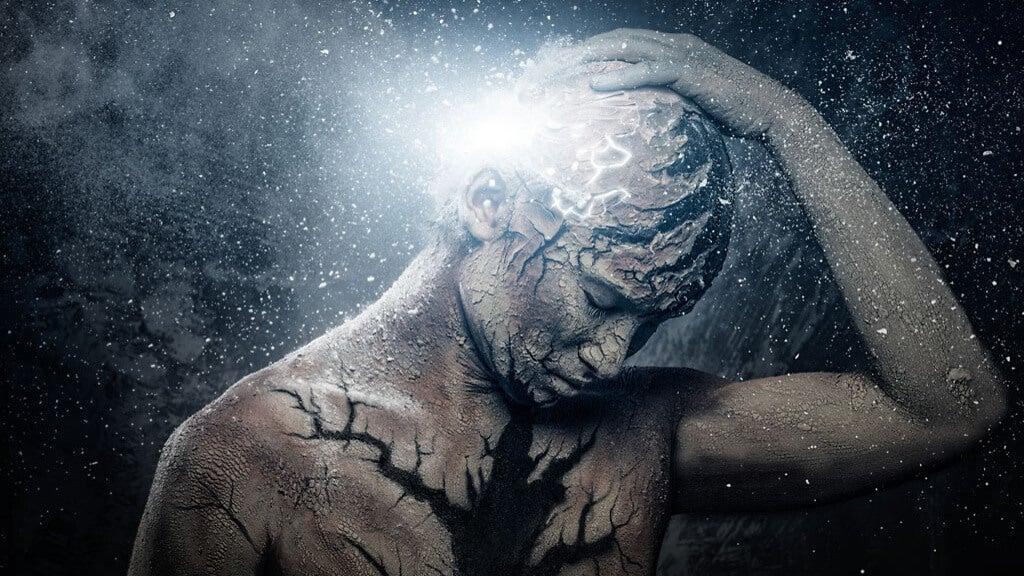 Persona con luz en la cabeza