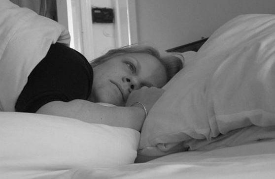 Dormir del lado en la cama