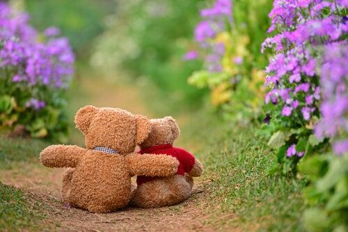 Dos amigos osos abrazados