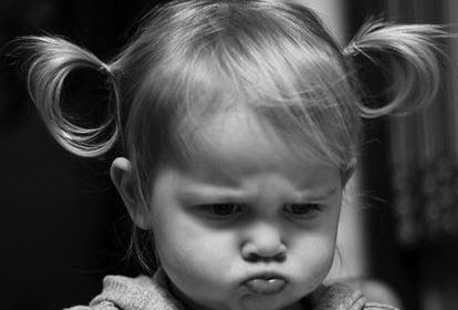 Niña pequeña enfadada