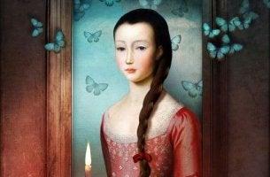 Mujer con vela en las manos rodeada de mariposas