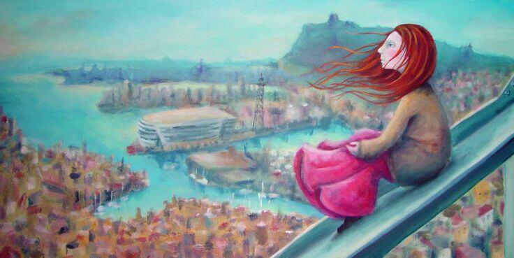 Joven en azotea mirando paisaje