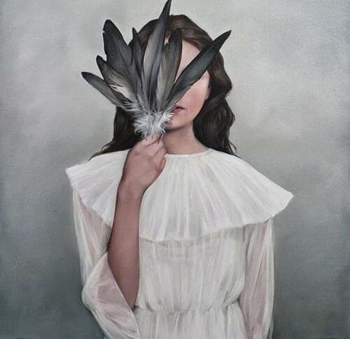 joven tapándose el rostro con plumas