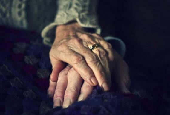 Manos de ancianos unidas