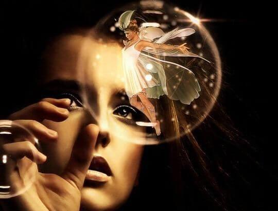 mujer a punto d de tocar una esfera