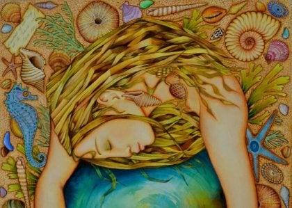 mujer abrazada a un globo terraqueo