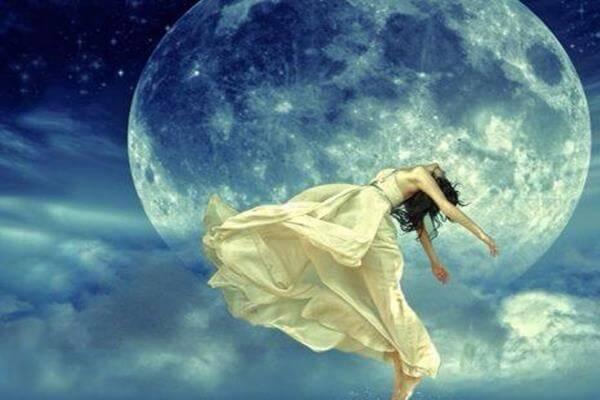 mujer bailando en la noche
