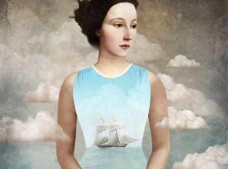 mujer con barco en el pecho