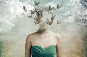 Mujer con cabeza desvanecida con pájaros