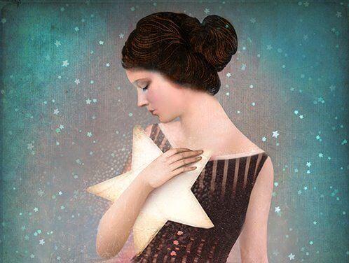 mujer con estrella en los brazos
