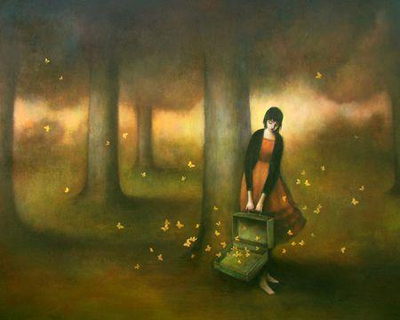 Mujer con maleta llena de mariposas pensando en seguir adelante