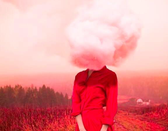 mujer de rojo con nube en la cabeza