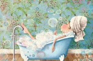 Mujer en una bañera haciendo pompas mientras piensa en excusas para no salir