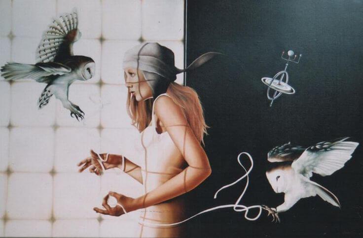 mujer enredada entre redes con animales