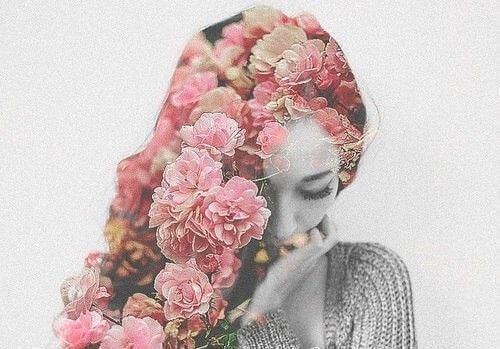 Mujer con flores en el pelo representando a una persona bella