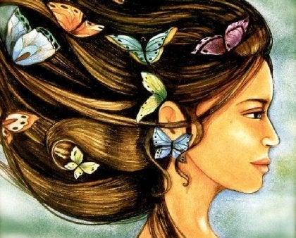 Mujer con mariposas en el pelo madurar