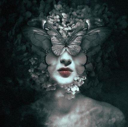 mujer rostro mariposas