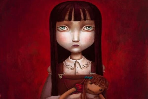 Niña triste con muñeca