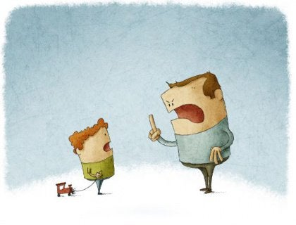 Padre condenador señalando a su hijo su error
