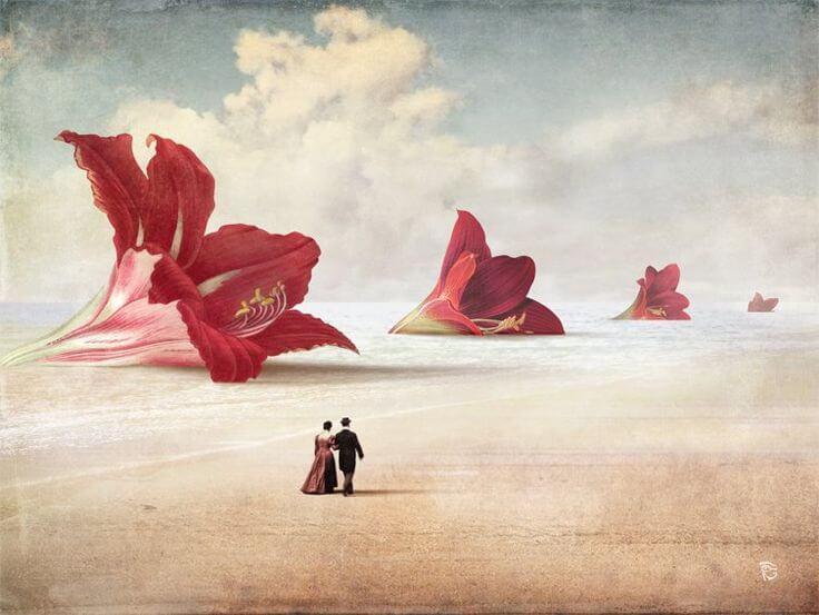 pareja paseando ante flores gigantes