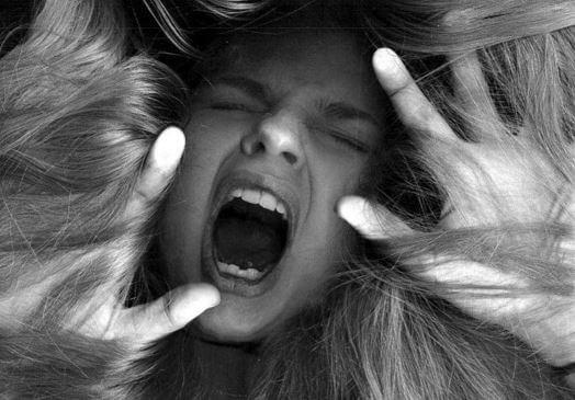 Mujer furiosa atrapada en su pelo