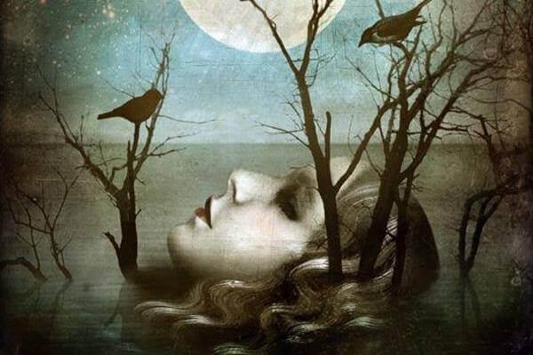 Mujer con cuervos representando tabús de la muerte