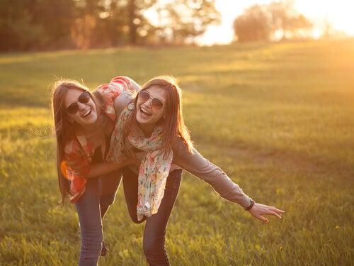 Amigas sonriendo en el campo
