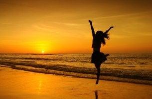 Chica saltando con pasión