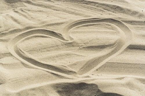 Corazón dibujado en la arena
