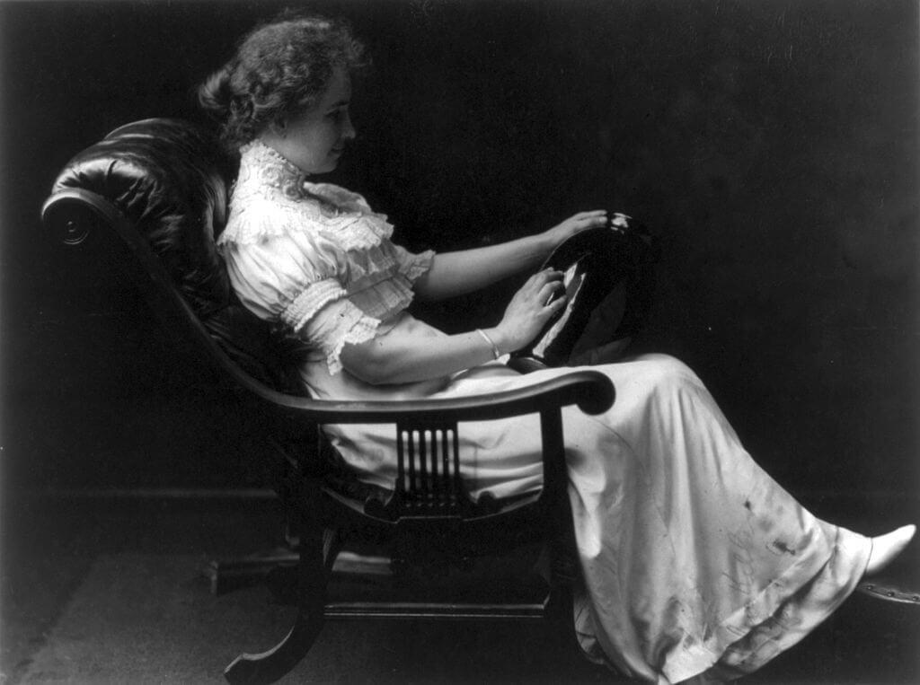 Hellen Keller representando las lecciones de hombres sabios