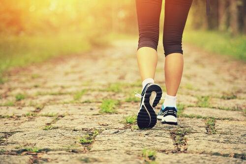 Mujer andando con zapatillas de deporte