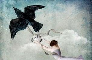 Mujer colgando de un reloj que lleva un pájaro