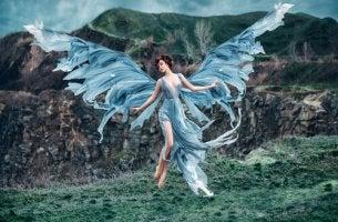 Mujer con alas al aire libre
