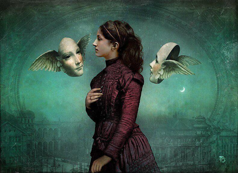 Mujer con dos caras con alas pensando en las ofensas de los demás