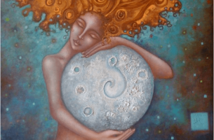 Mujer abrazando a una luna gigante