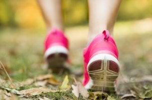 Mujer con zapatillas rosa caminando