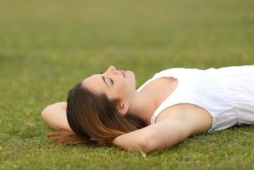 Mujer descansando en el cesped